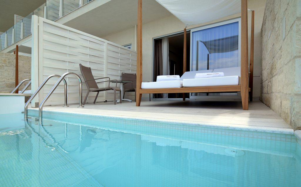 Κλασικό δωμάτιο νεονύμφων με ιδιωτική πισίνα